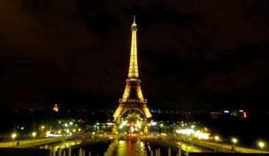 Eiffel-Tower-di-malam-hari