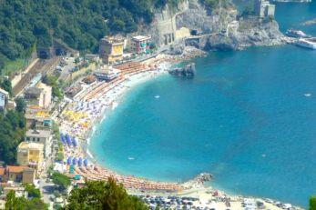Pantai-di-desa-Monterosso-Cinque-Terre